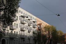 Słoneczna kamienica w spokojnej okolicy / Sunny tenement house in a quiet neighborhood