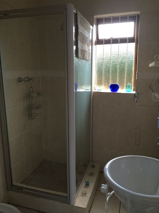 The shower and basin in the en suite bathroom.