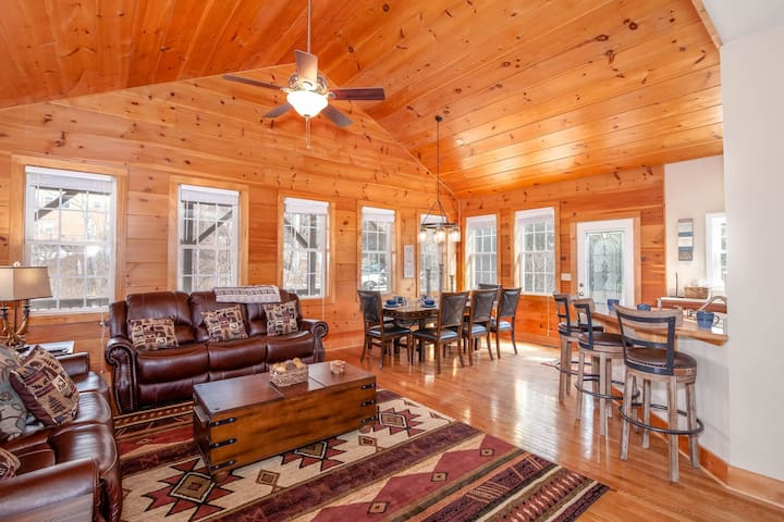 3BR Mountain Style Cottage, Views, King Suite, Hot Tub, Pool Table, Near App Ski