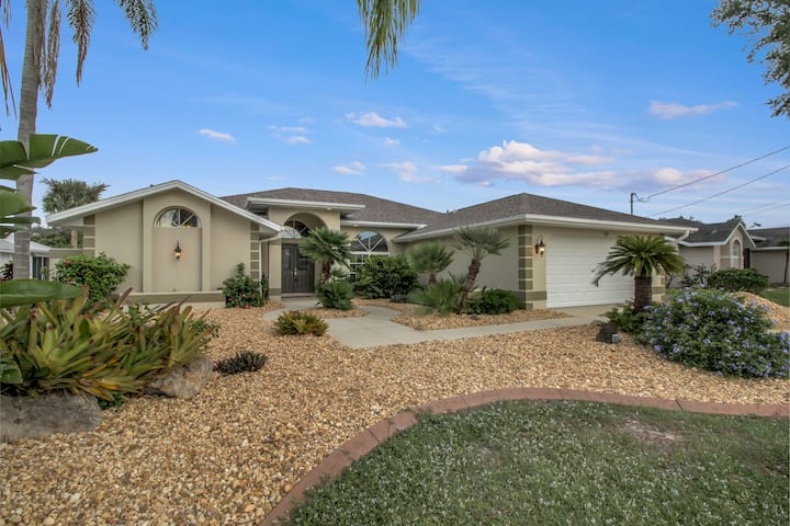 Spacious Heated, Pool Home With Canal View