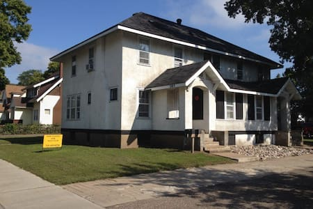 Cheap stay near Downtown Eau Claire and UWEC - Eau Claire - Apartment