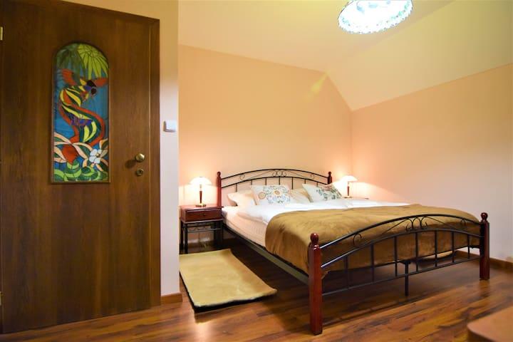 Dvoulůžkový pokoj s balkonem a společnou koupelnou
