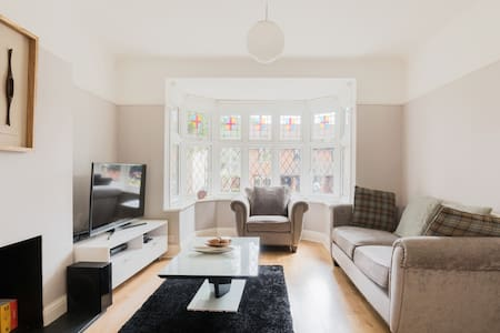 Spacious and modern 3 bed House with parking