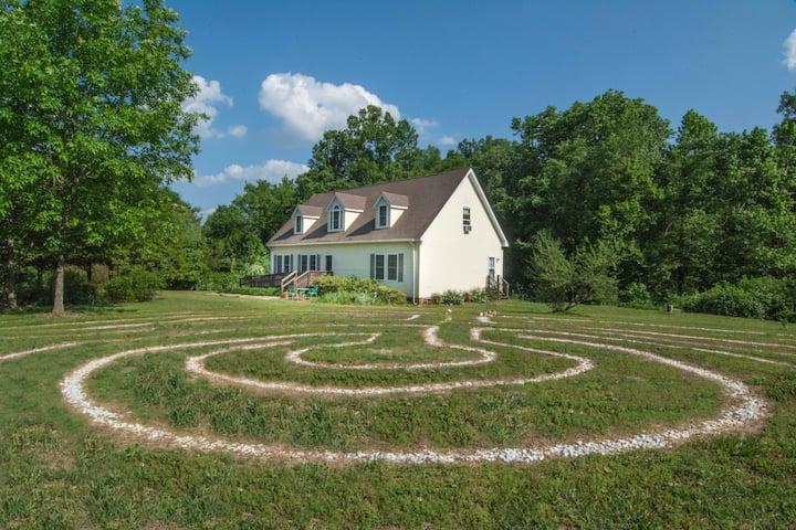 The Grove House - Spacious & Next to a Labyrinth
