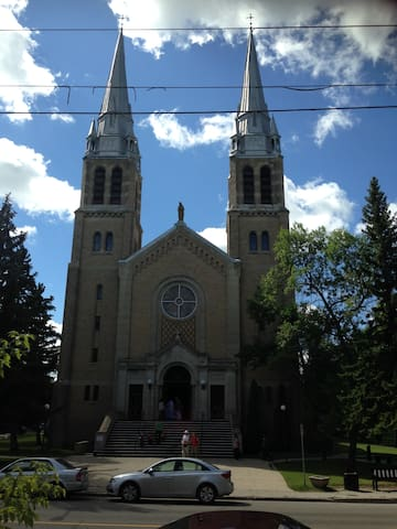...bedroom overlooking the Holy Rosary Cathedral - Regina - House