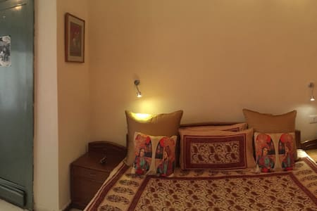 SOUTH DELHI-PVT. BEDROOM+FREEWIFI+B.FAST+AC/HEATER - Neu-Delhi - Wohnung