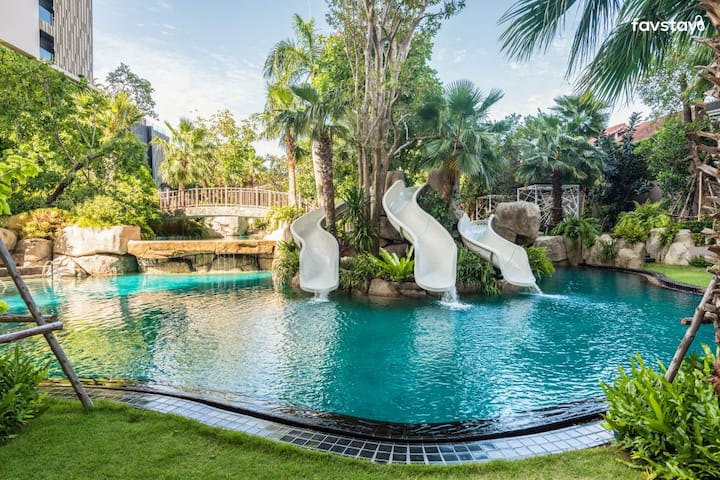 The Riviera 5 STAR beachfront sky pool wongamat