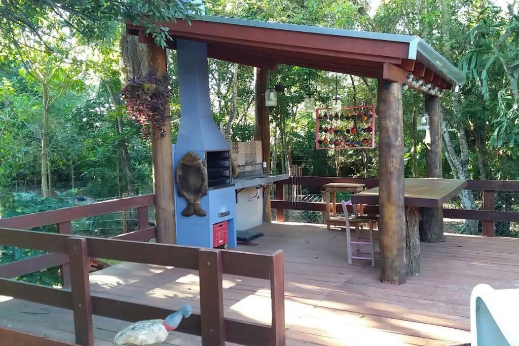 Quiosque para churrasco em frente à piscina, com visitas frequentes de animais dóceis da fauna de Bonito