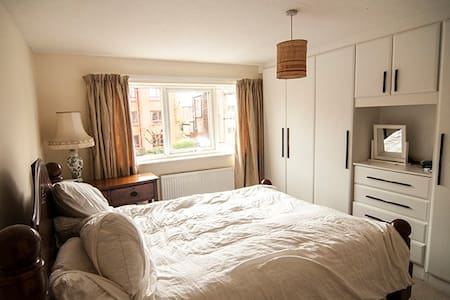 Beautiful light double room in lovely Heaton Moor - Stockport