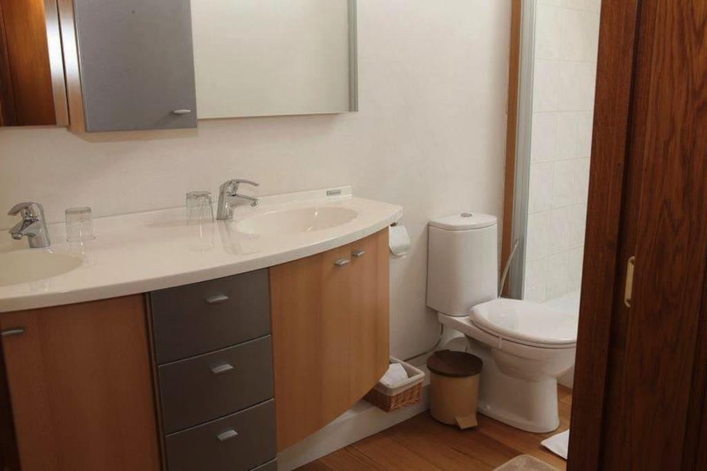 Ruime badkamer met douche en toilet.