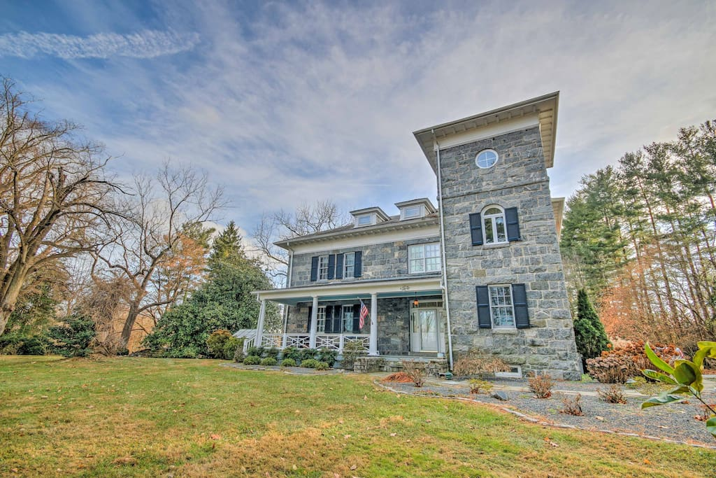 Make yourself at home in the studio of this impressive 200-year-old mansion.