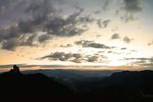 Pôr do sol visto da rampa de vôo livre, do seu lado esquerdo está a Pedra do Baú vista de um ângulo diferente.