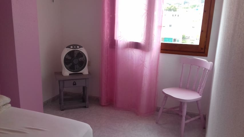 Lovely pink room in family home !