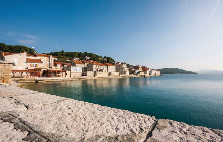 Appartement sur une île en bord de mer - Vodice - Byt