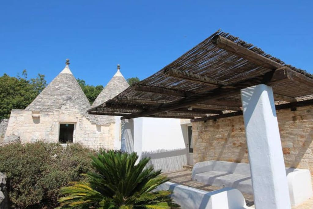Lounge and Trulli