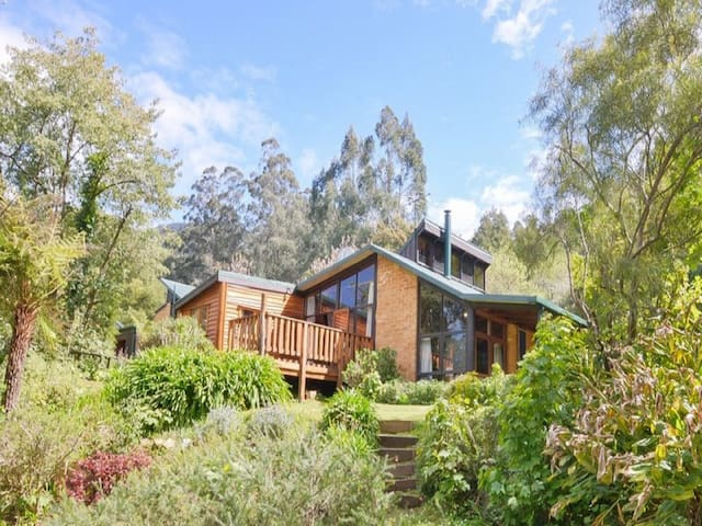 Cosy Mountain Retreat - Mudbrick House on 17 acres