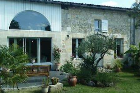 Maison de charme, calme, parking et jardin. - Cavignac