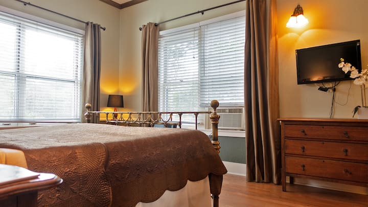 King Room 2 Blocks w/ Free Wine Tasting and Breakfast a Short Walk to City Center