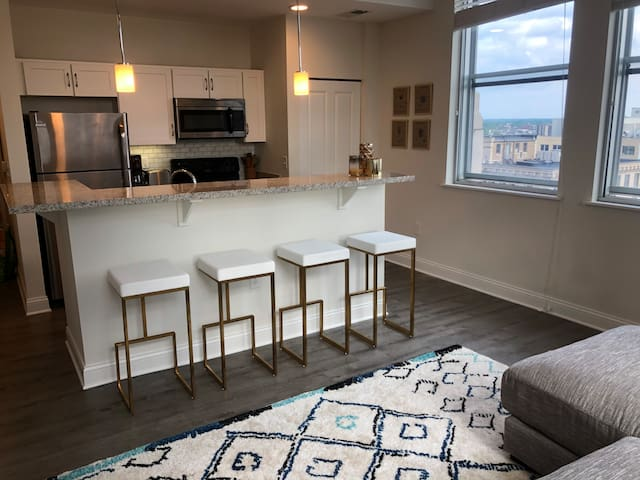 Luxury High Rise 2-Bedroom- Downtown Indy