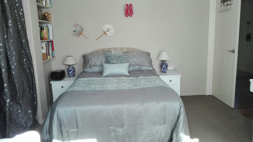 Large sunny double room private - Christchurch - House