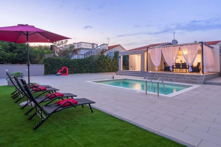 Villa Laura near Zadar, heated pool 70m from beach
