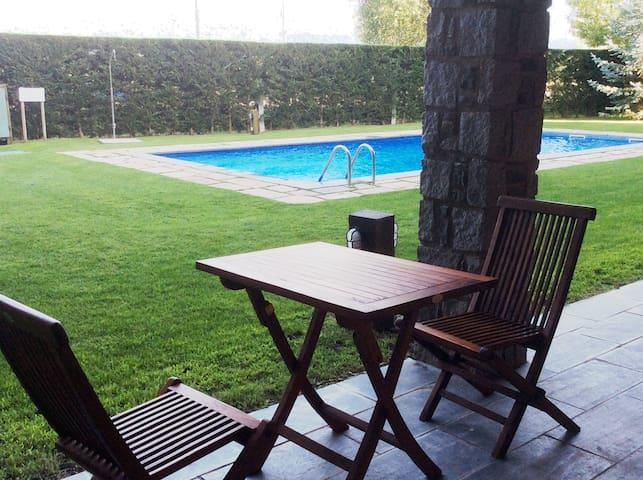 Apartamento semi-nuevo con piscina en Puigcerdà