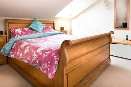 Large room with en-suite and use of hot tub! - Batheaston