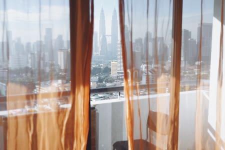 Room in cool flat w/ BEST VIEWS! - Társasház