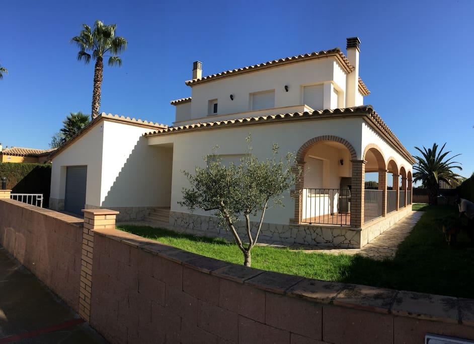 Acogedora casa con piscina y jard n n12 houses for rent for Piscina jardin girona