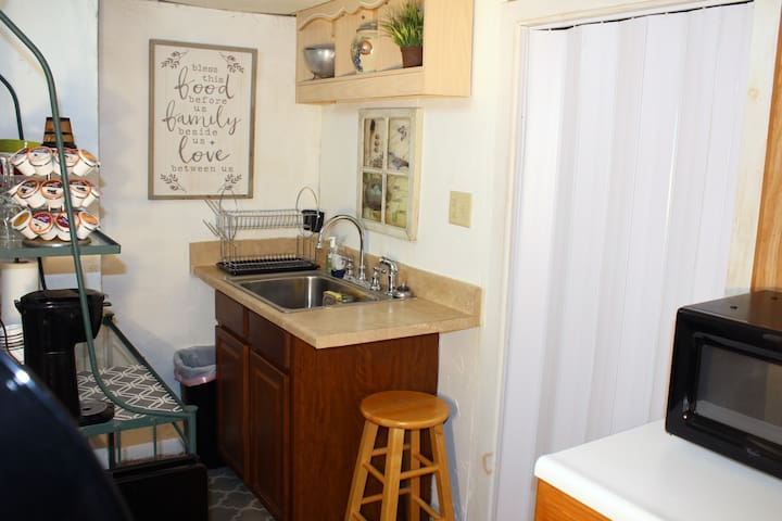Studio Apt full of amenities, cozy and quaint