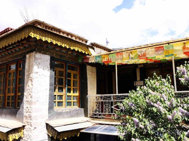 【拾光小筑】一座藏式庭院的老房子(大床房、双人间、三人间、四人间)下单请先咨询,标价为四人间单床价格