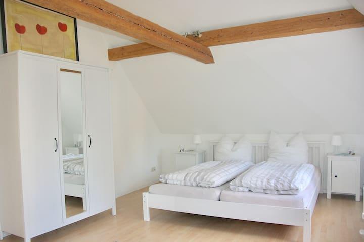 Großes Schlafzimmer (Aufbettung möglich!)