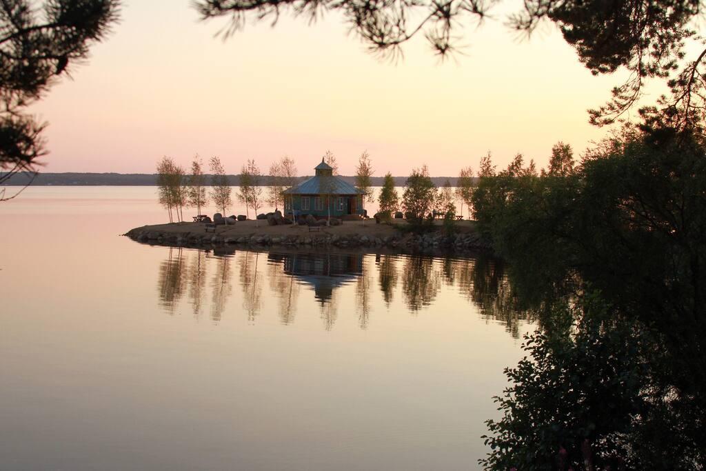Кафе на берегу озера