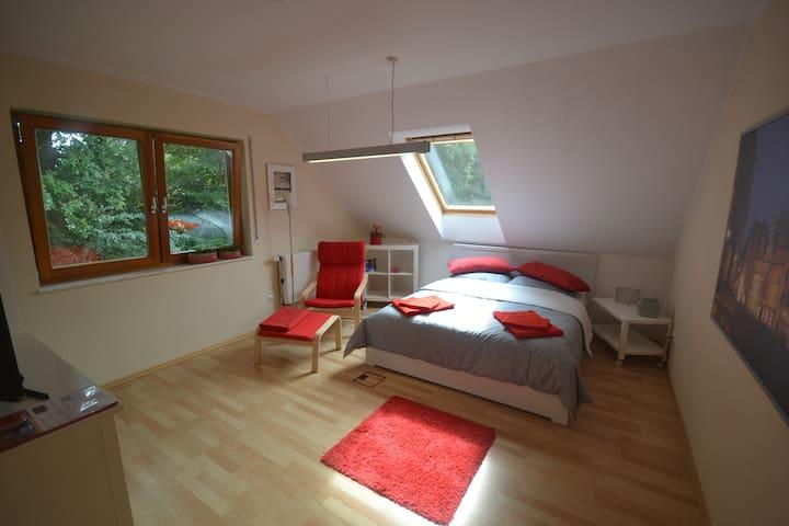 Rotes Zimmer mit Doppelbett