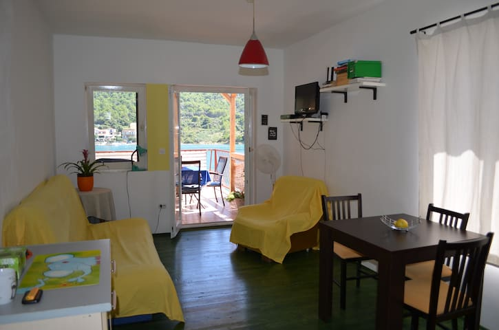 Grebaville_Charming sunny apartment by the beach