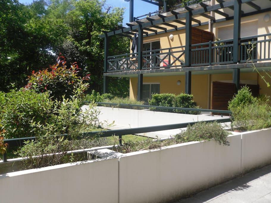 vue depuis la terrasse sur la résidence mais la vue donne surtout sur le parc, ce que néglige la photo