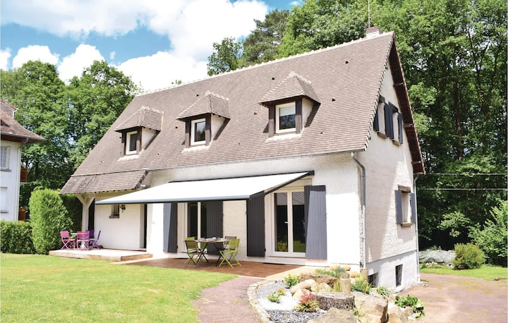 Beautiful home in Bagnoles de l'Orne with WiFi and 4 Bedrooms