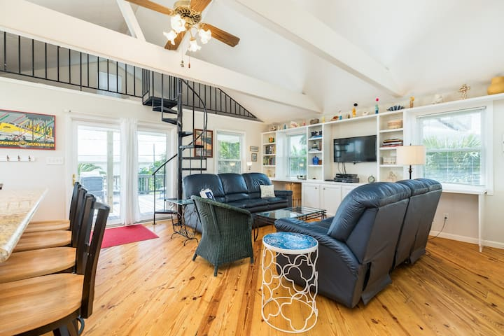 Dog-friendly house with spacious deck only moments from the beach!