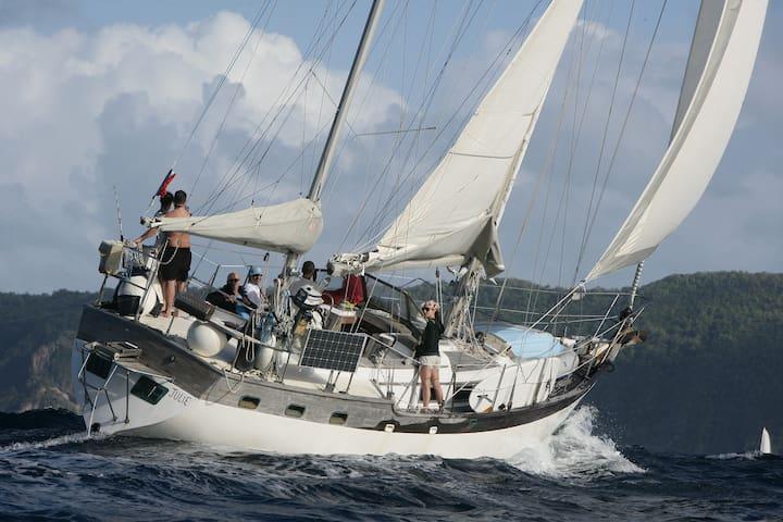 Voilier 14m au mouillage sur la mer des Caraïbes