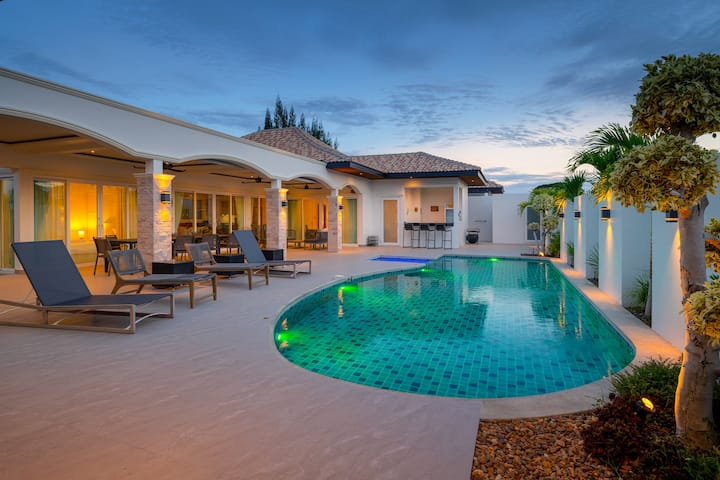 Luxury villa with privat pool and garden 515