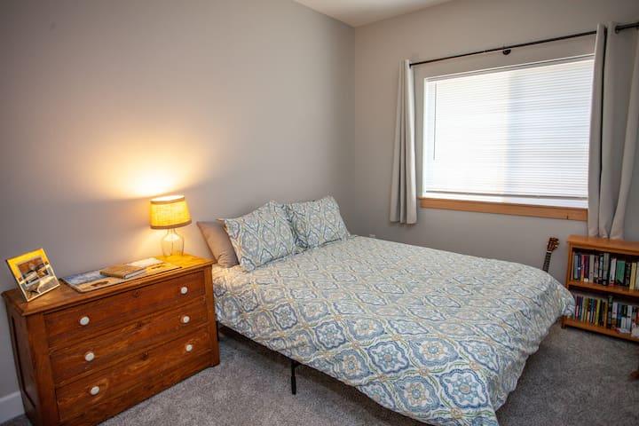 Bedroom 2 of 4: Queen bed