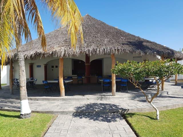 Casa de 2 pisos con acceso a alberca en manzanillo