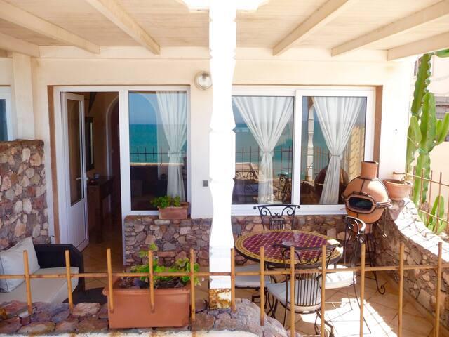 Votre terrace privée  et appartement / Your private terrace and apartment
