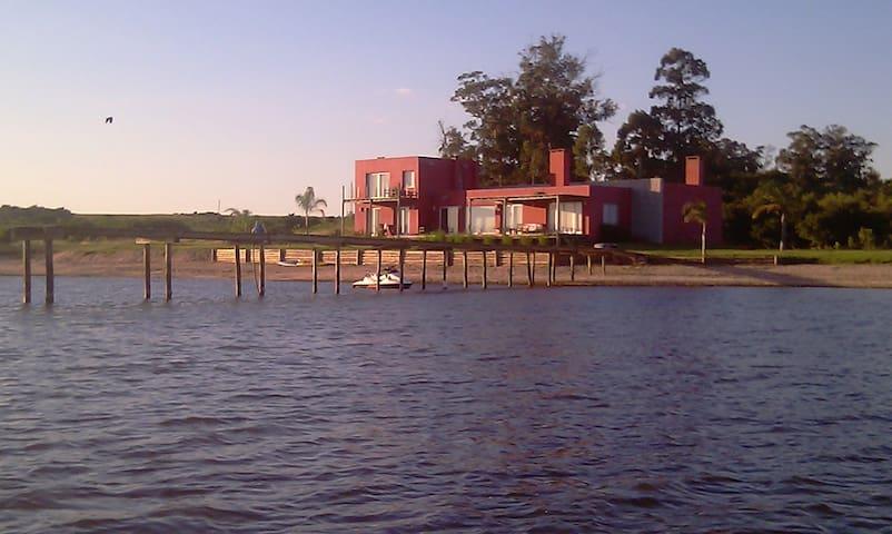 Sobre la laguna del sauce, vistas increibles - Huis