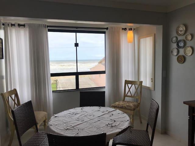 Apartamento arejado com vista para o mar