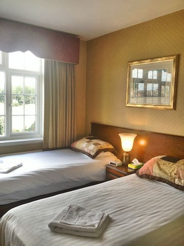 Private Twin Ensuite Room Bed & Breakfast