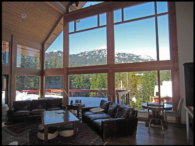 Litwin Lodge - stunning chalet w private hot tub