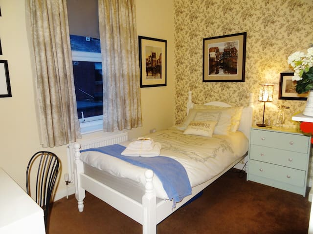 Quiet room in immaculate Artist's home + Breakfast - Manchester - House