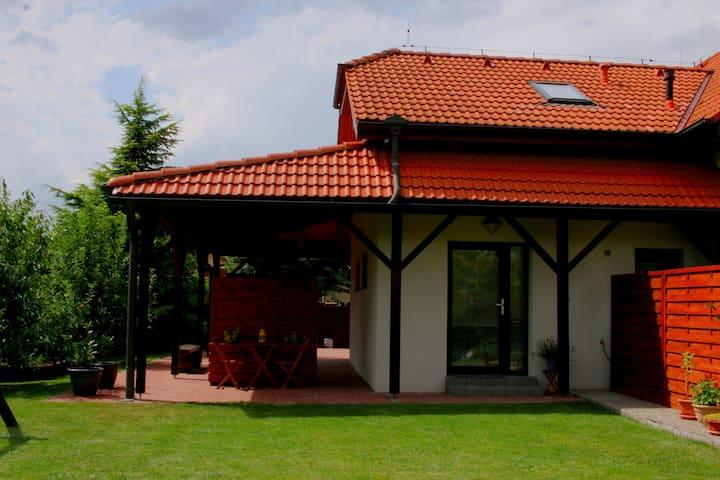 Garden studio apt-FREE parking,close D8,metro,EXPO