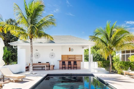4 bedroom private villa and pool, near the  beach